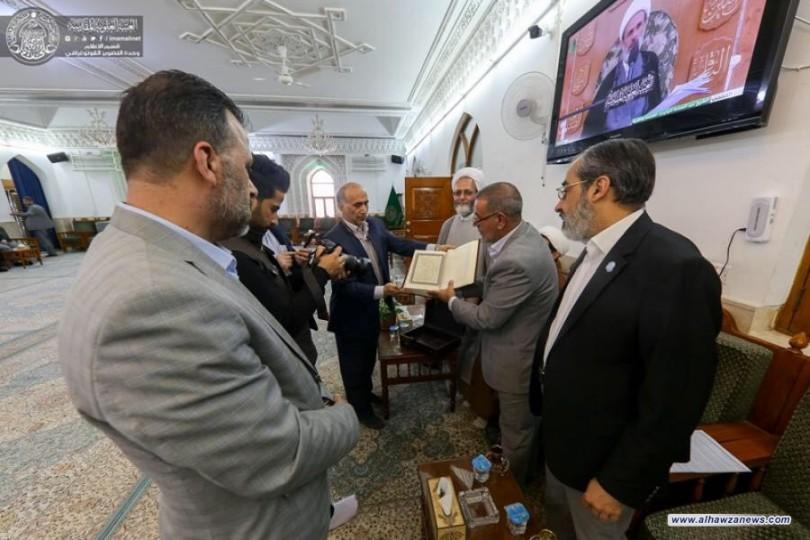 العتبة العلوية المقدسة تتسلّم نسخة من القرآن الكريم مخطوطة بأنامل (300) شخص من كبار السن